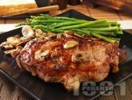 Приготвяне на рецепта Свински котлет на тиган с бяло вино, горчица, гъби и аспержи